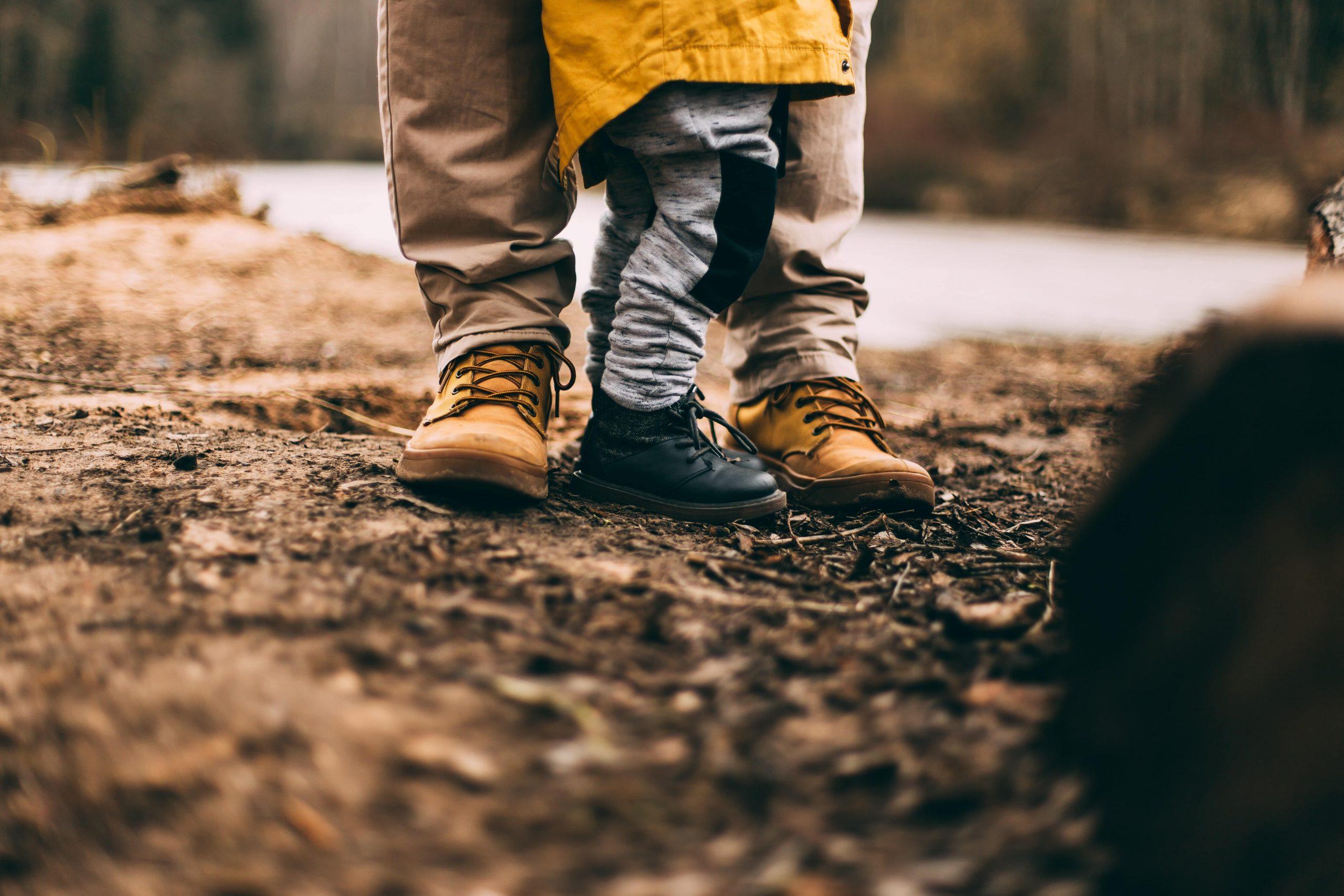 Padre e hijo en un bosque